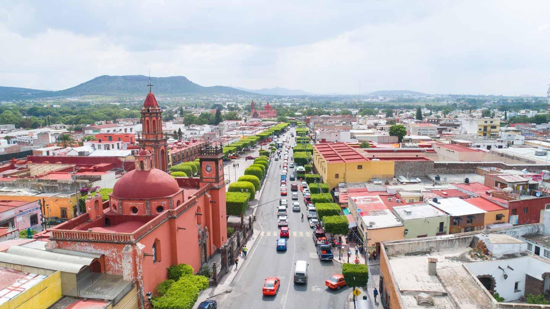 coches circulando por la avenida Juárez en San Juan del Río
