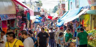 Pasillo de gente dentro del mercado del Tepe