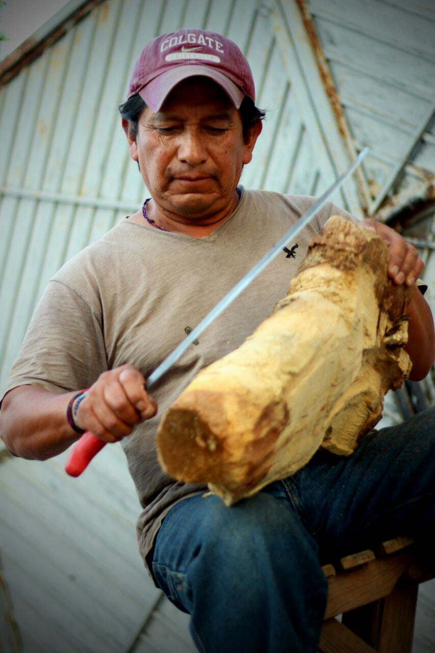 Don Pascual tallando madera.